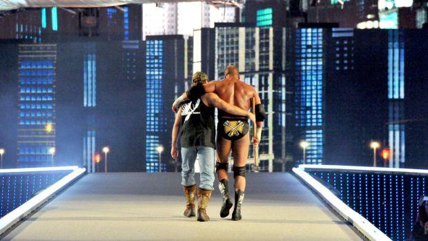 Triple H acompañado por Shawn Michaels tras su victoria frente a Brock Lesnar.