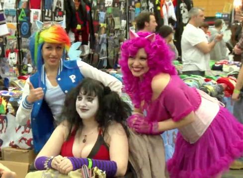 Victoria, la primera de la izquierda, con una peluca multicolor.
