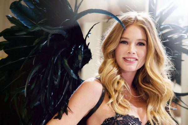 Doutzen Kroes se prueba las alas para desfile de Victoria's Secret.