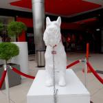 Exhiben esculturas de perros en centro comercial
